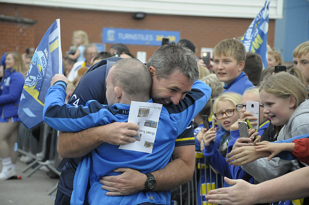 Crowds gather to cheer Warrington Wolves to Wembley